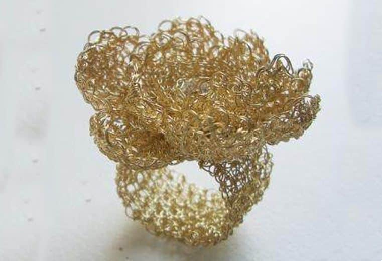 anillo tejido en forma de flor con alambre de oro
