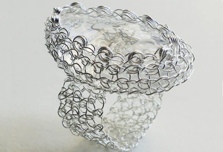 anillo tejido en punto peruano con alambre de plata y cristal facetado