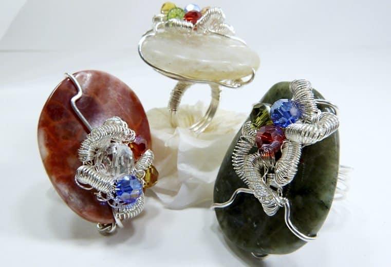 anillos con piedras y cristales