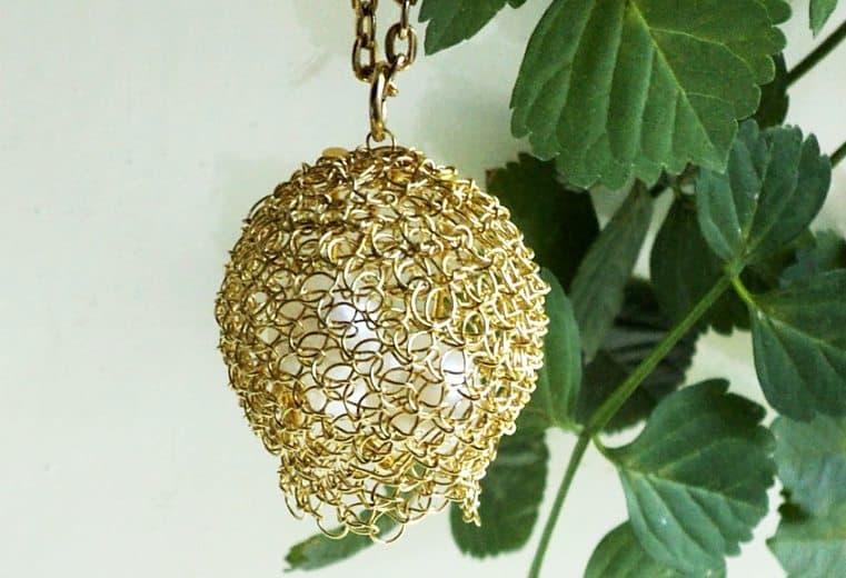 colgante de alambre de oro pajaro tejedor weaver