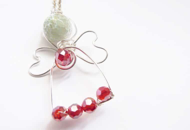 colgante en forma de angel con alambre y cristales