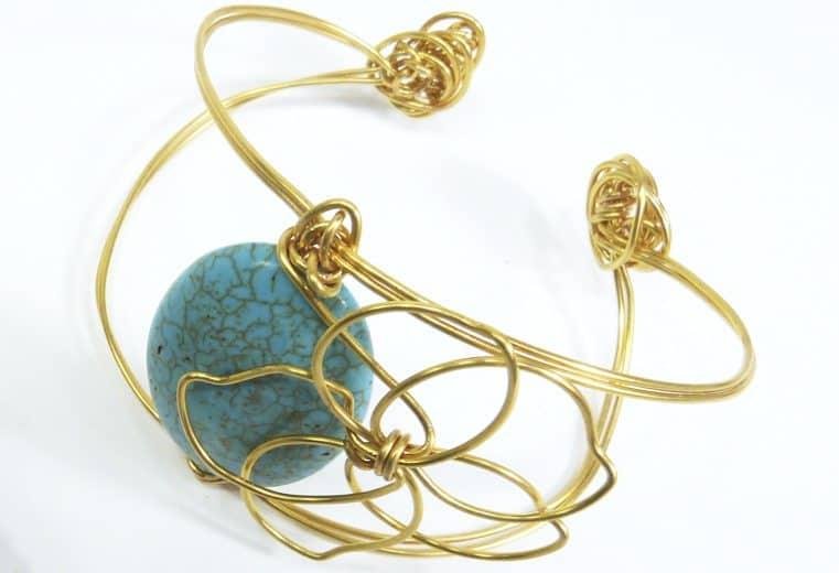 Brazalete de alambre con detalle de flor y turquesa