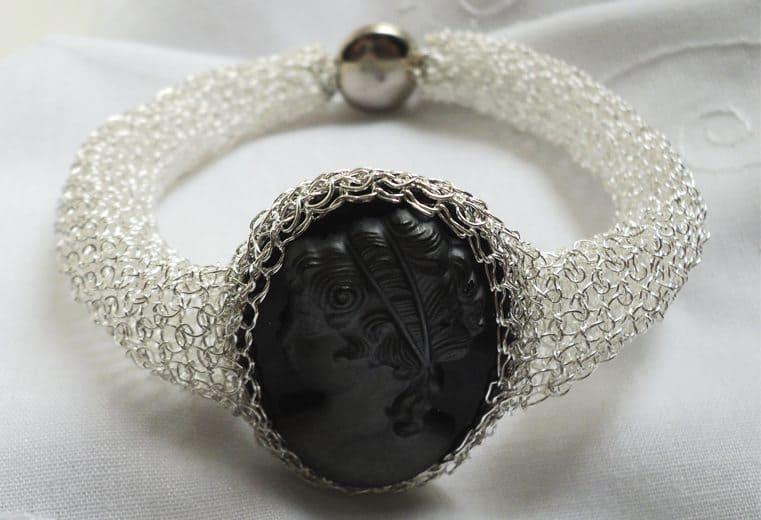 Brazalete de malla doble tejido con alambre de plata y cameo en el centro