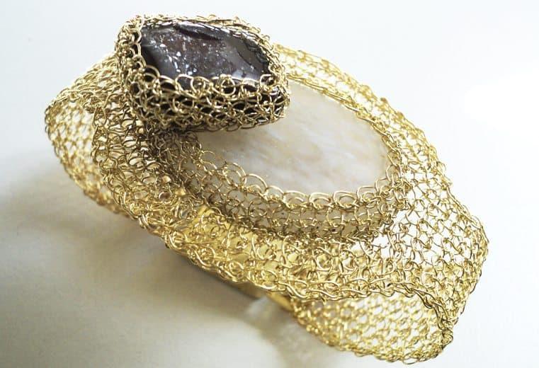 Brazalete tejido con alambre de oro con piedra Heliodoro y cuarzo blanco