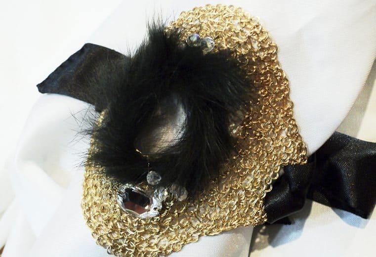 Brazalete tejido con alambre de oro, piel de conejo negro y cristal transparente facetado en el centro