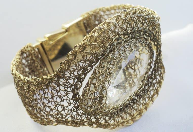 Brazalete tejido con alambre de oro y cristal transparente en el centro