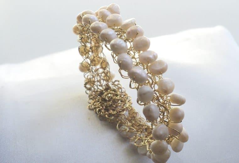 Brazalete tejido con alambre de oro y perlas