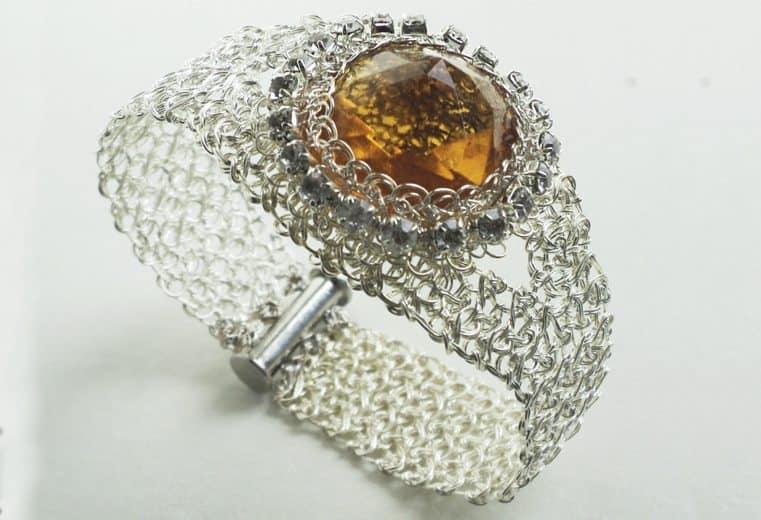 Brazalete tejido con alambre de plata y cristal facetado amarillo con detalle de cristales swarovski