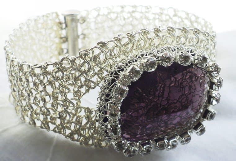 Brazalete tejido con alambre de plata y cristal facetado purpura con detalle de cristales swarovski