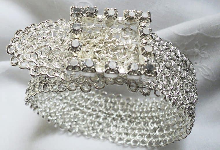 Brazalete tejido con alambre de plata y cristales swarovski en el centro