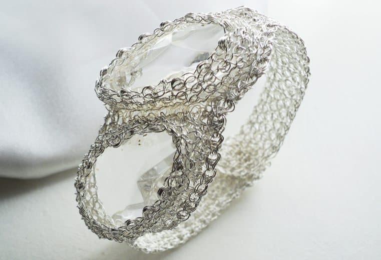 Brazalete tejido con alambre de plata y dos cristales transparentes en el centro