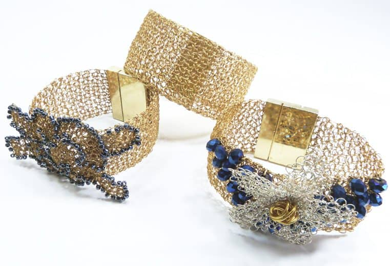 Brazaletes de alambre de oro simple y con detalles de flores con cristales azules