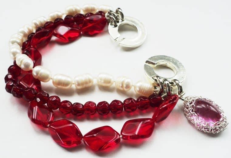 Pulsera con cristales rojos, perlas de rio y cristal engastado con alambre de plata