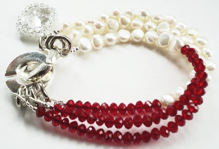 Pulsera con cristales rojos y perlas de rio con cristal engastado en alambre de plata