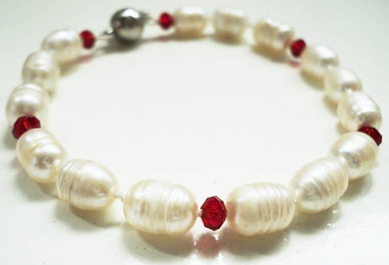 Pulsera con cristales rojos y perlas de rio