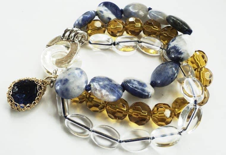 Pulsera con cristales transparentes y amarillos, sodalita y cristal engastado con alambre de oro