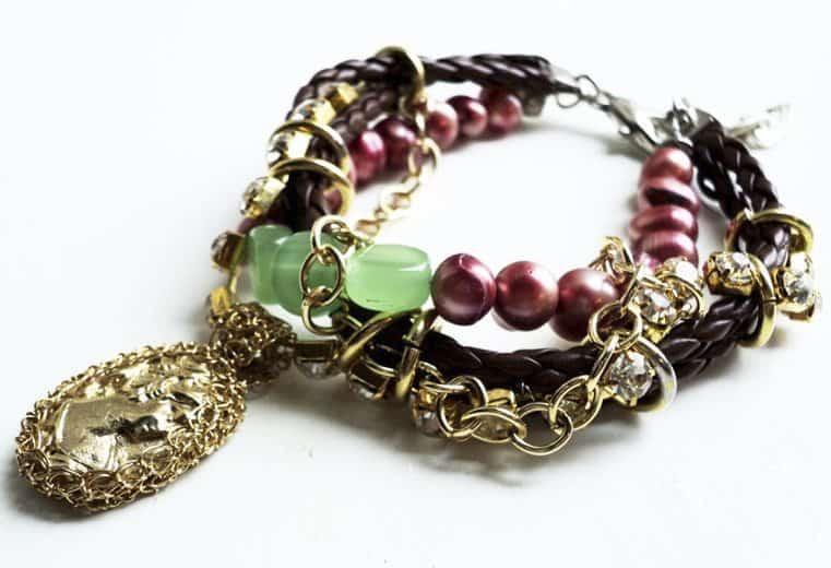 Pulsera con perlas de rio color burgundy y camafeo engastado en alambre de oro