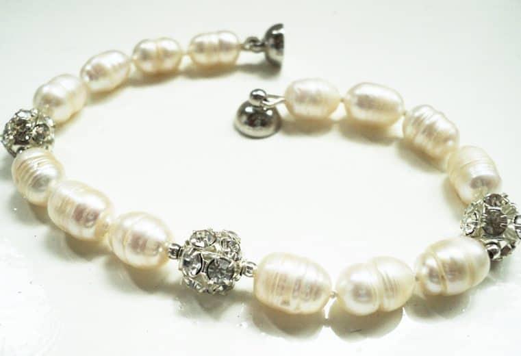 Pulsera con perlas de rio y adornos de alpaca y cristales