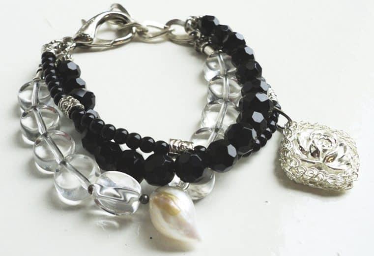 Pulsera con perlas ovaladas de cristal, cristales negros facetados y cameo tejido con alambre de plata