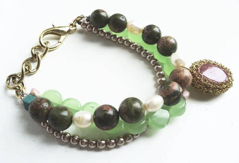 Pulsera con unaquitas, perlas, cuentas verdes y piedra rodocrosita tejida con alambre de oro