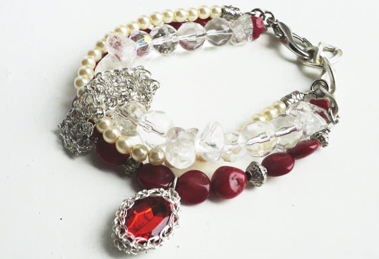 Pulsera curativa con cuentas ovales planas de coral rojo, cristales de roca y vidrio y cristal rojo tejido con alambre de plata