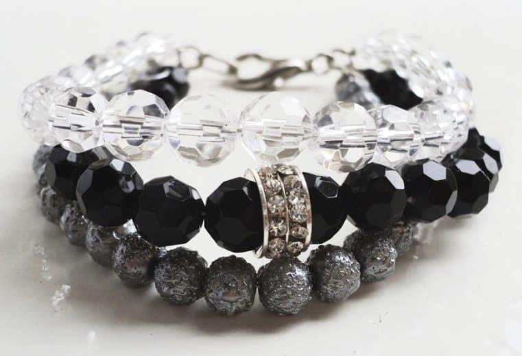 Pulsera de cristal de roca, y cuentas negras y transparentes