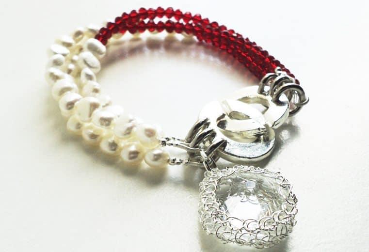 Pulsera de cristales rojos, perlas de rio y cristal engastado con alambre de plata