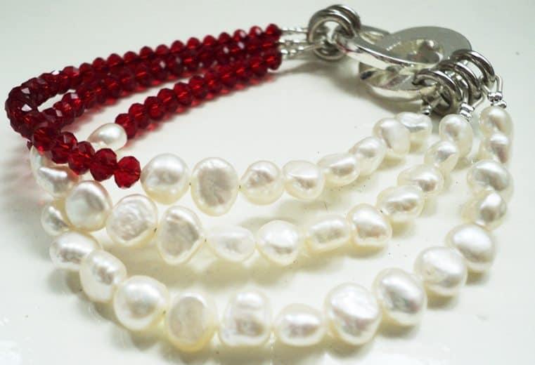Pulsera de cristales rojos y perlas de rio