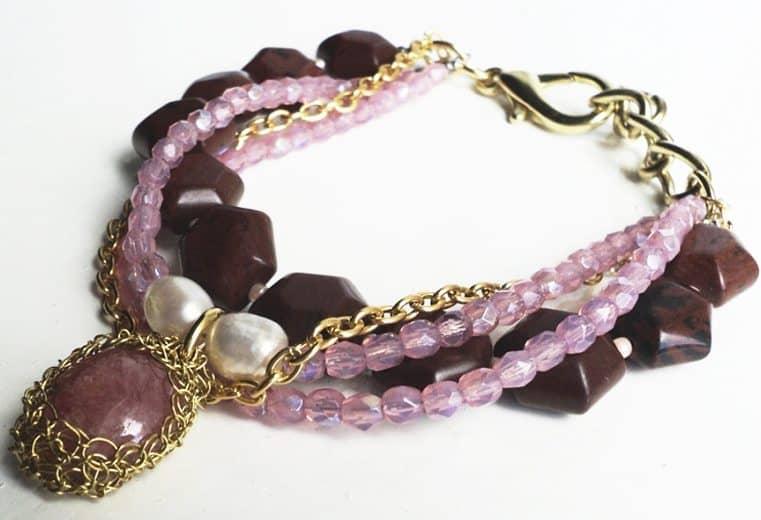 Pulsera de cristales rosa, cuarzos, perlas de rio y dije de rodocrosita engastada con alambre de oro