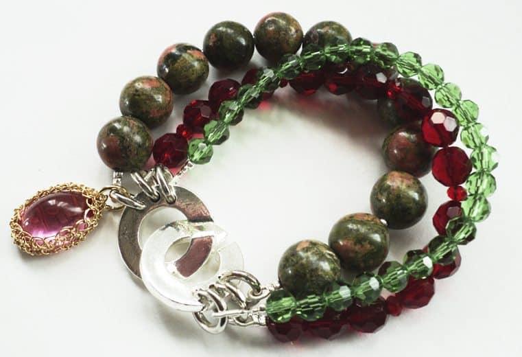 Pulsera de cristales verdes y rojo, unaquitas y dije con cristal engastado