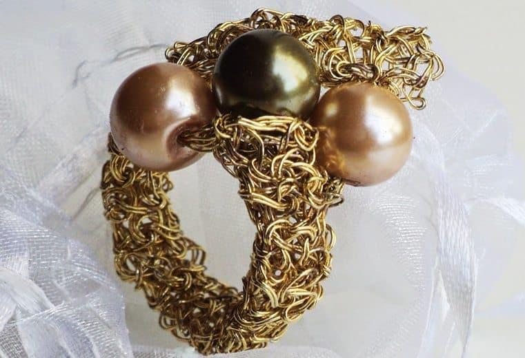 anillo tejido crochet con alambre de oro y perlas