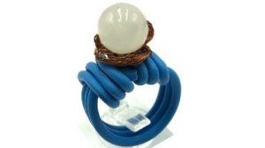 anillos con cable eléctrico y perla