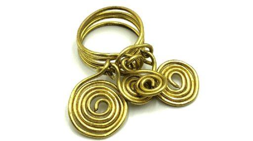 anillos de alambre con adornos de espirales